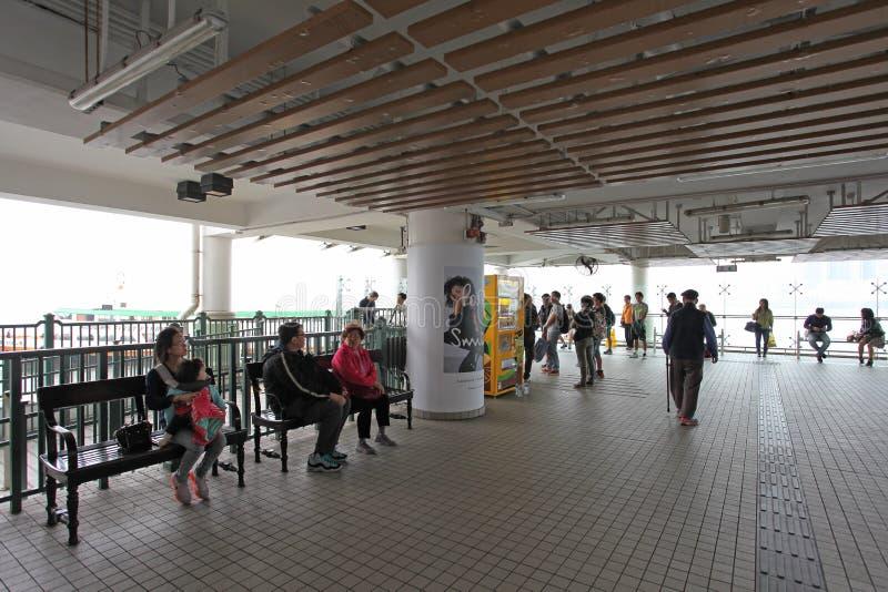 在中央码头的人等待的轮渡在香港 库存照片