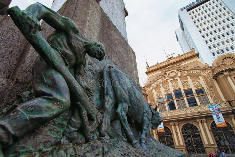 在中央邮件大厦或Correo中央前面的和尚雕象 免版税库存照片