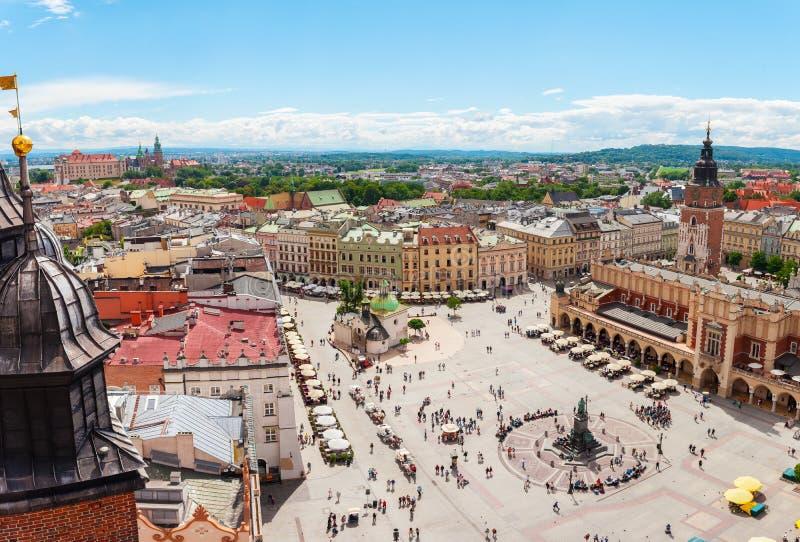 在中心广场的鸟瞰图和Sukiennice在克拉科夫 免版税图库摄影