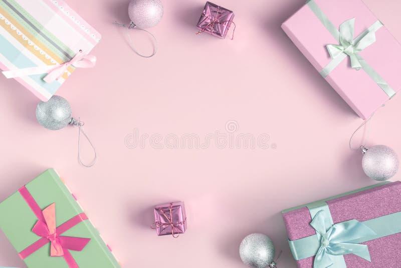 在中心浅粉红色的背景,题字的,嘲笑一个地方上升 附近是杉木锥体,圣诞节球 库存图片
