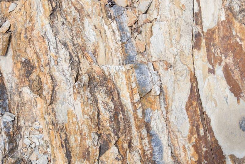 在中立颜色的岩石纹理与铁锈条纹  免版税图库摄影