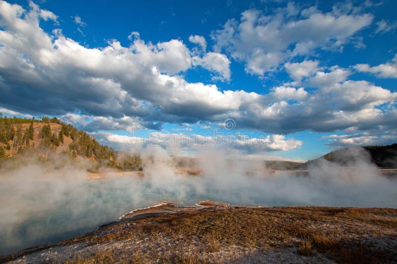 在中途喷泉水池的细刨花喷泉在黄石国家公园在怀俄明 图库摄影