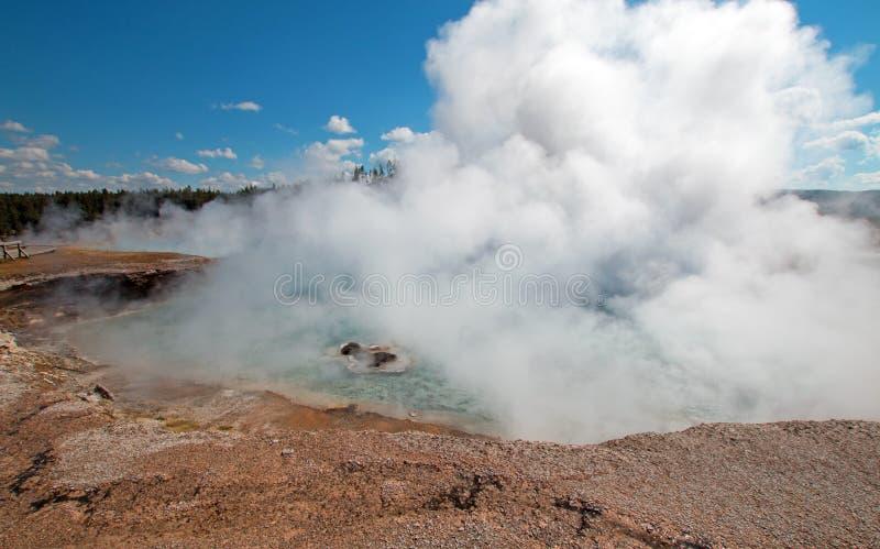 在中途喷泉水池的细刨花喷泉在Firehole河旁边在黄石国家公园在怀俄明 免版税库存图片