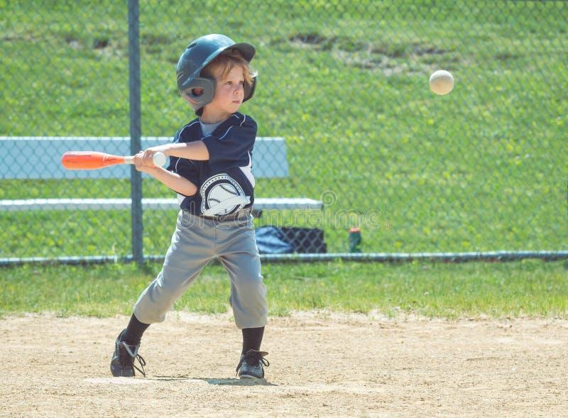在中间摇摆的青年棒球Playter在棒和 免版税库存图片