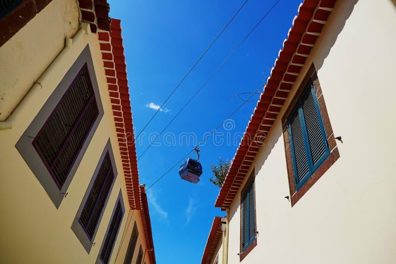 在丰沙尔,马德拉岛海岛缚住在大厦屋顶的索道客舱  库存图片