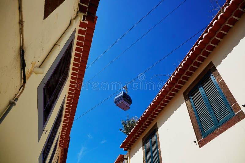 在丰沙尔,马德拉岛海岛缚住在大厦屋顶的索道客舱  图库摄影