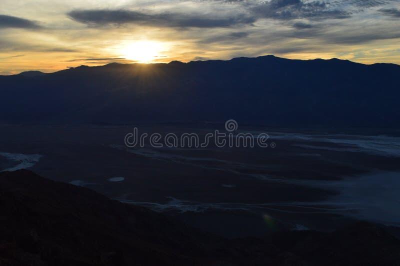 在丹特` s视图的日落在死亡谷加利福尼亚 库存图片