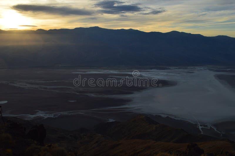 在丹特` s视图的日落在死亡谷加利福尼亚 免版税库存照片
