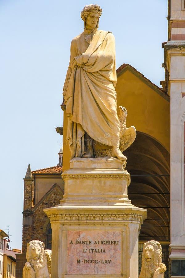 在丹特Alighieris雕象的看法在佛罗伦萨 免版税库存照片