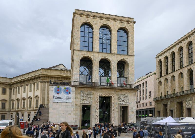 在主教座堂广场组成阿仁伽里奥宫,米兰,意大利两个对称大厦的之一 库存图片