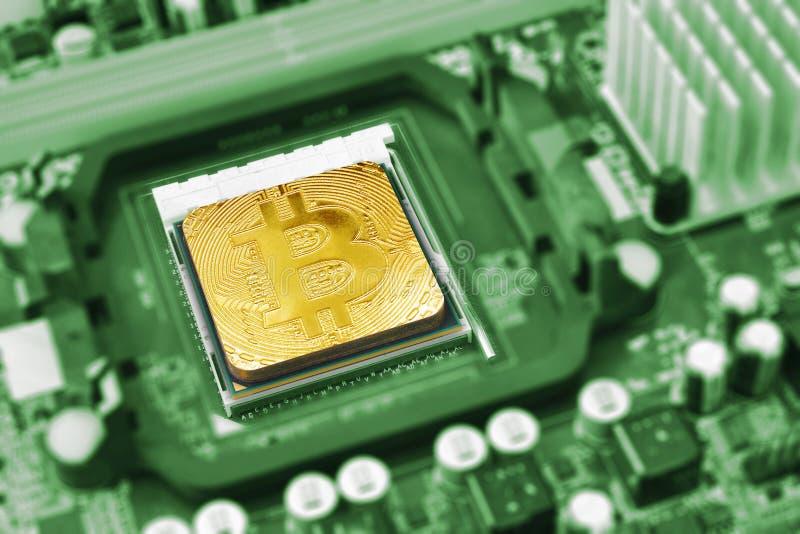 在主板的CPU插口的金黄bitcoin 库存照片