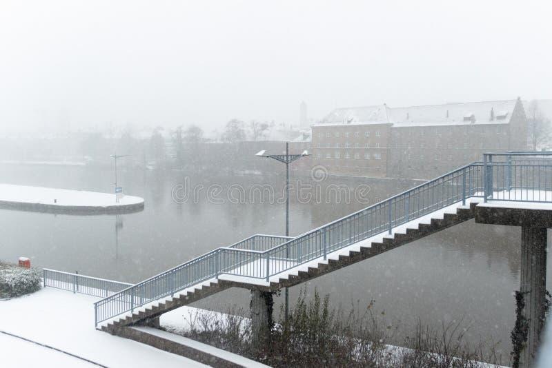 在主要河的降雪在有桥梁台阶的施韦因富特 库存照片