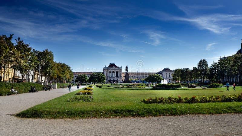在主要火车站萨格勒布,Glavni kolodvor,克罗地亚前面的大公园 库存图片
