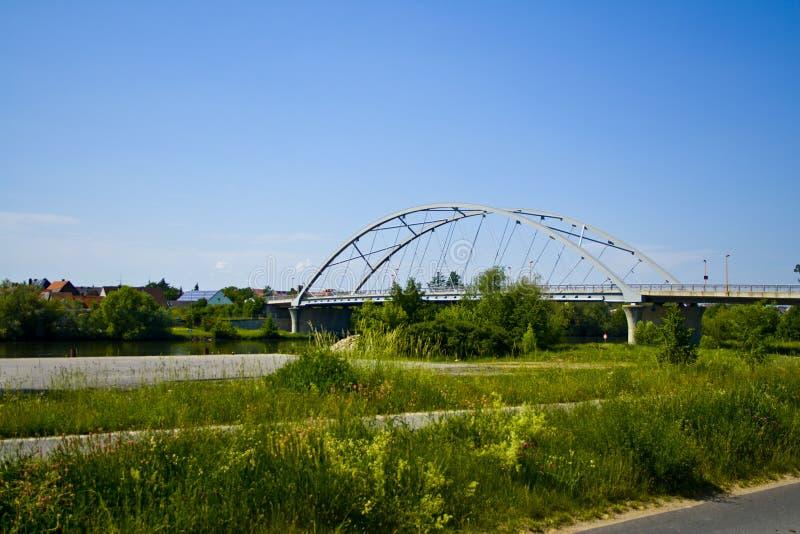 在主要的一座新的现代桥梁在贝尔格赖因费尔德,巴伐利亚,德国 免版税库存图片