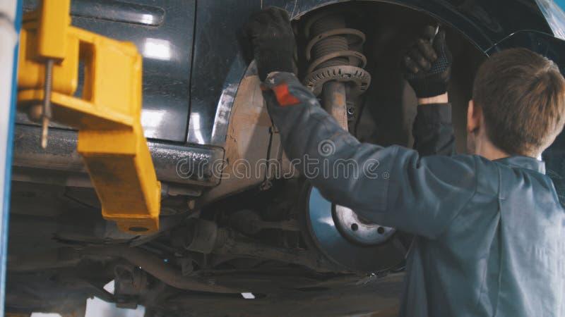 在举为修理的自动服务的汽车 库存图片