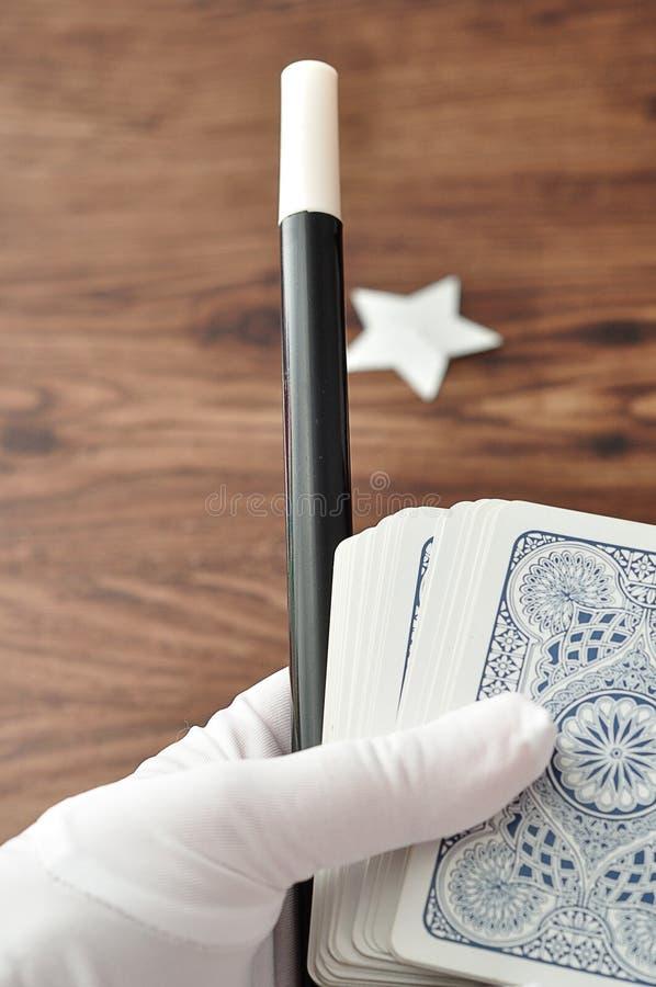 在举行鞭子和卡片组魔术师递 库存图片