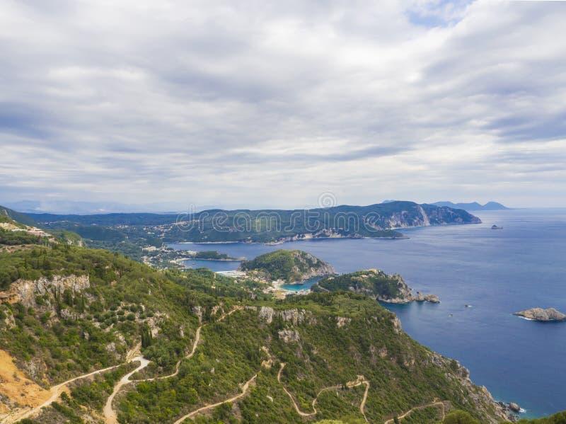 在之字形路、小山cllifs、森林和土耳其玉色海的看法从观点的Paleokastritsa海湾的在mediavel 库存照片