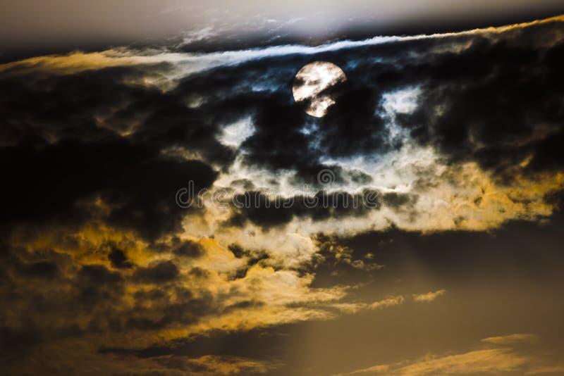 在乌云后的太阳 库存图片