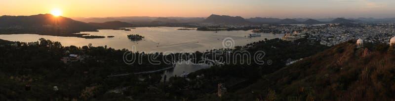 在乌代浦市、湖、宫殿和乡下从克勒妮・玛塔索道,乌代浦,拉贾斯坦日落的全景  免版税图库摄影
