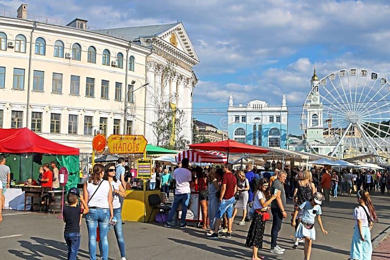 在乌克兰在周末制造的公平的人们在食物区域,街市节日,制作市场,基辅,乌克兰 免版税库存图片