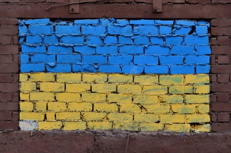在乌克兰旗子的颜色绘的老砖墙 免版税图库摄影
