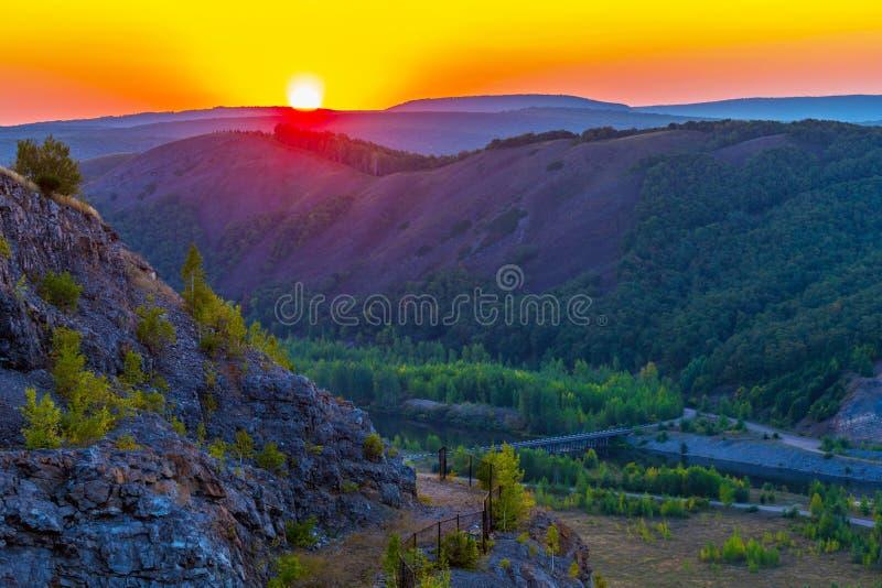 在乌拉尔谷的明亮的日落 免版税库存照片