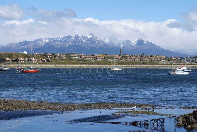 在乌斯怀亚港口停泊的小船 库存照片