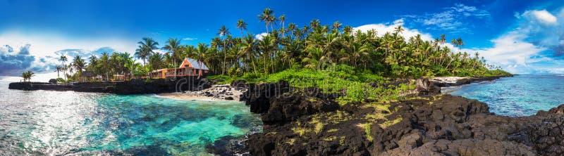 在乌波卢岛,萨摩亚海岛的南侧的珊瑚礁和棕榈树 免版税库存照片