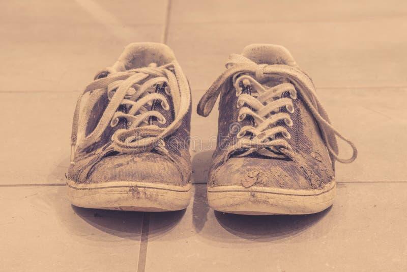 在乌贼属颜色的泥泞的鞋子 库存图片