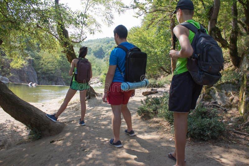 在乔治亚,森林,领域和湖远足 户外冒险旅行