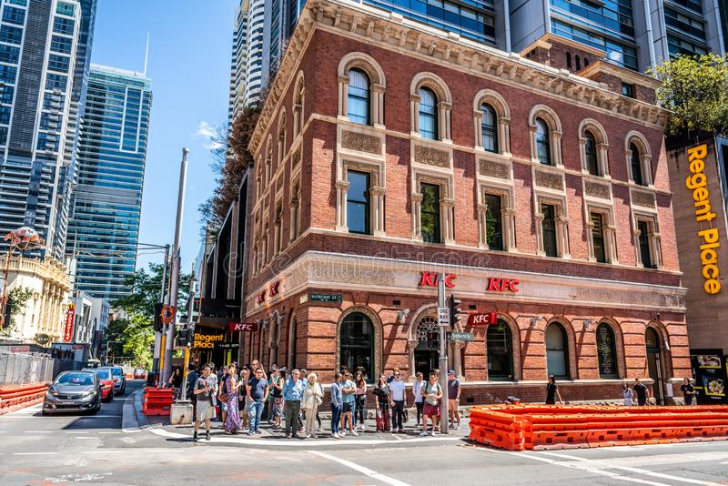 在乔治和巴瑟斯特街道横穿的街道视图有肯德基的在老砖瓦房和人民在悉尼NSW澳大利亚 库存照片