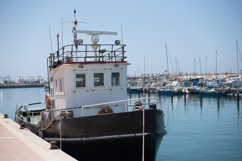 在乘快艇的社区的小船在地中海 库存照片