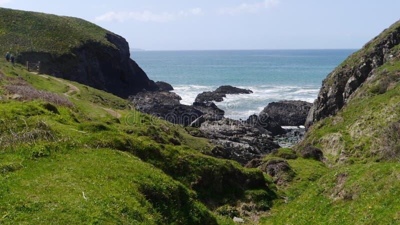 在九维尔斯的一个岩石小海湾在Pembrokeshire在威尔士 图库摄影