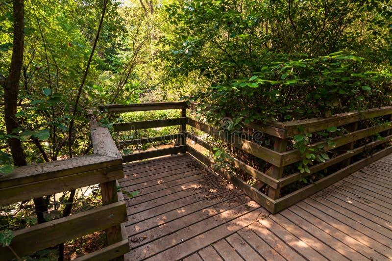 在九英里奔跑旁边运行在弗利克公园的木走道,匹兹堡,宾夕法尼亚,美国的小监视点 免版税库存图片