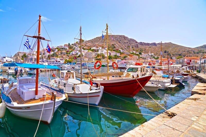 在九头蛇海岛希腊的小船 免版税库存照片