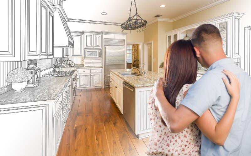 在习惯厨房和设计图C里面的年轻军事夫妇 图库摄影