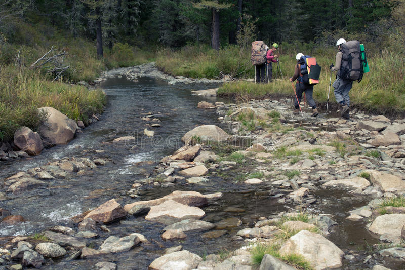 在乡下公路在阿尔泰山,俄罗斯的泥流程 库存照片