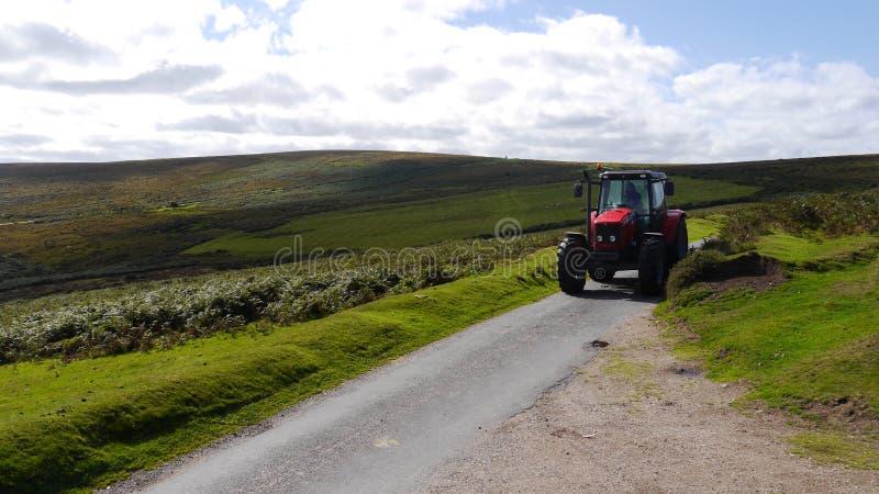 在乡下公路的拖拉机 免版税图库摄影
