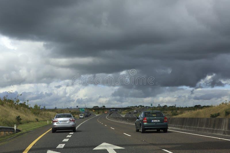 在乡下公路的美丽的暴风云 免版税库存照片