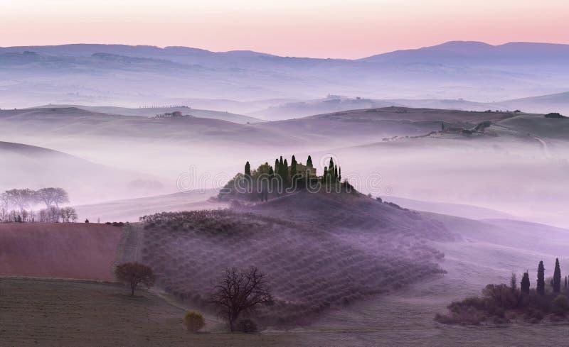 在乡下小山的有雾的黎明 免版税库存图片
