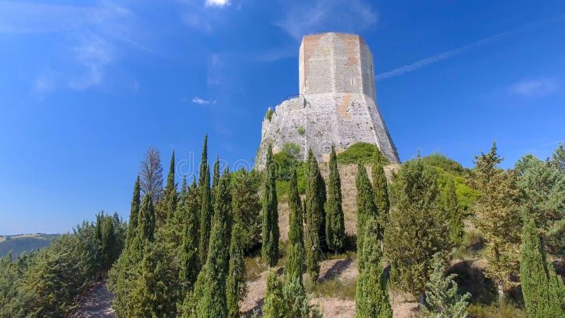 在乡下小山顶部的堡垒 免版税库存图片