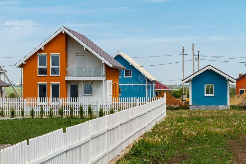 在乡下建造的现代小色的房子 免版税库存图片