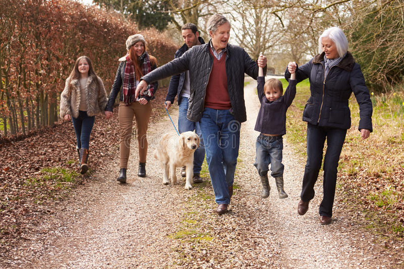 在乡下步行的多一代家庭 免版税图库摄影