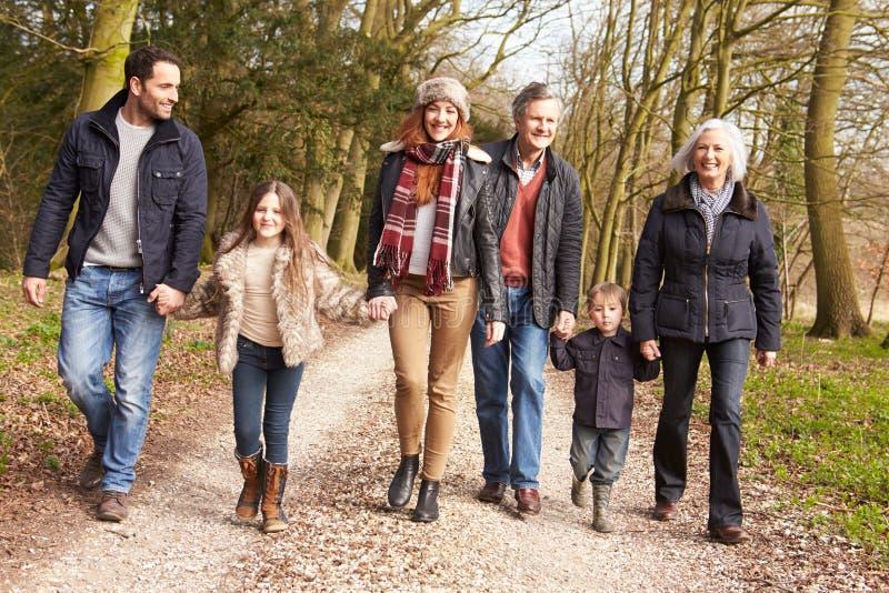 在乡下步行的多一代家庭 免版税库存图片