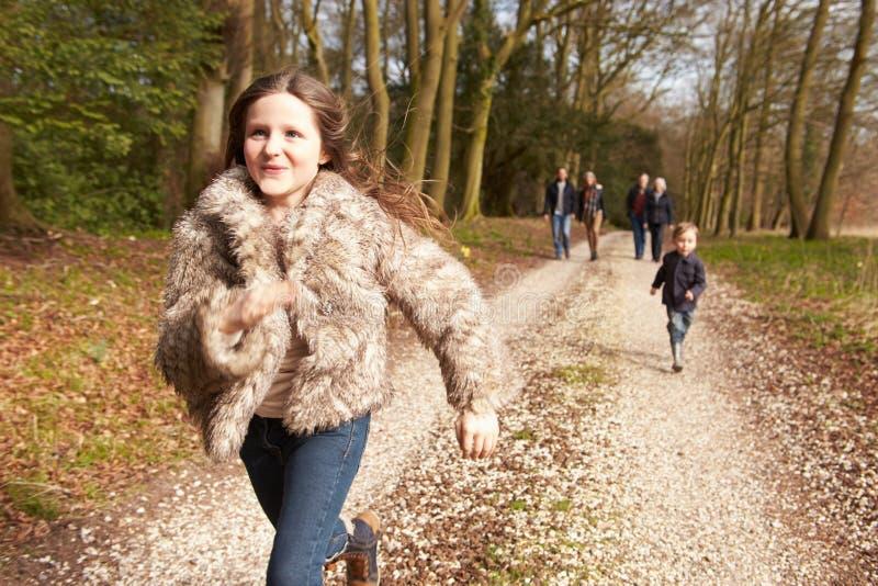 在乡下步行的多一代家庭 免版税库存照片