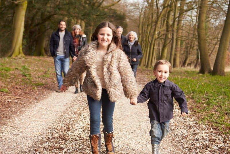 在乡下步行的多一代家庭 库存图片