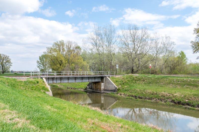 在乡下的小铁路桥梁 免版税库存照片