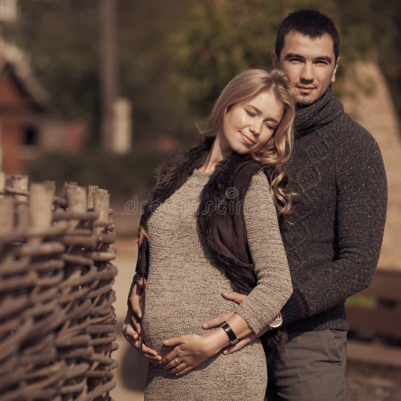 在乡下的浪漫夫妇 图库摄影