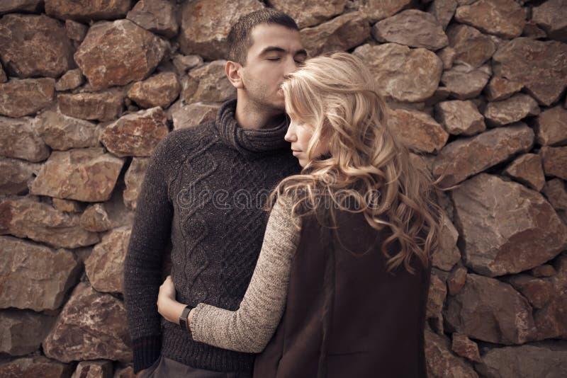 在乡下的浪漫夫妇 免版税库存照片