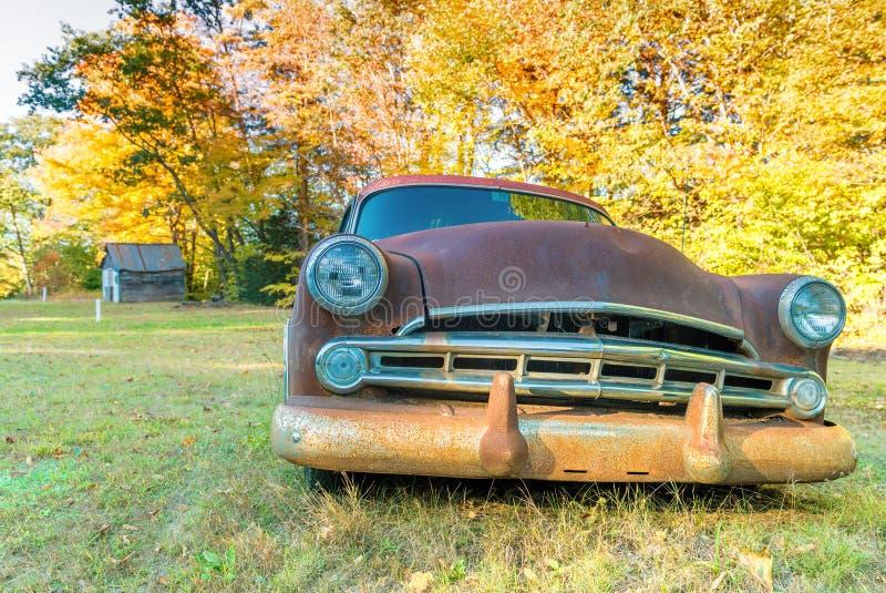 在乡下领域的老汽车击毁 免版税库存图片